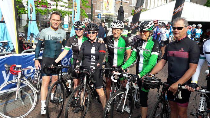KNWU-bondscoach Koos Moerenhout uit Steenbergen, hier links bij de start van zijn eigen Classic in 2017, last zijn toertocht voor dit jaar af vanwege corona. Bovendien roept hij alle fietsers op om in hun eentje te trainen, niet meer in groepjes.