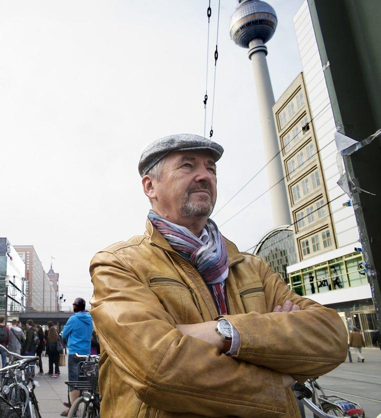 Berndt Marmulla op de Alexanderplatz met de beroemde Fernsehturm in de achtergrond. Beeld Rolf Zöllner