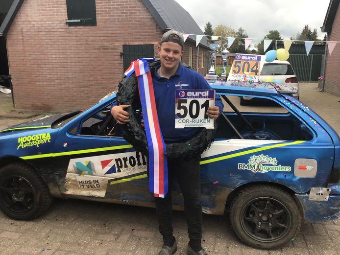 Een trotse Mike Uenk poseert voor zijn auto