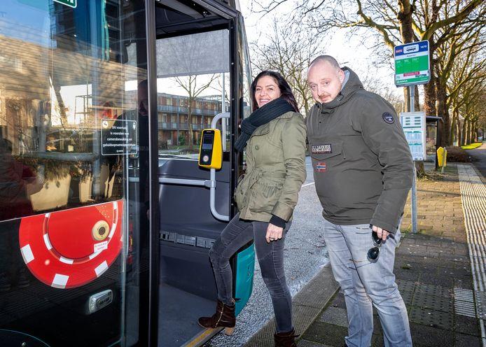 Daphne Oudmaijer en Joost Nieuwenburg behoren bij de boze ouders die maandag in de bus stappen naar de Onderwijsinspectie in Utrecht. Met andere bezorgde ouders dienen ze een collectieve klacht in.
