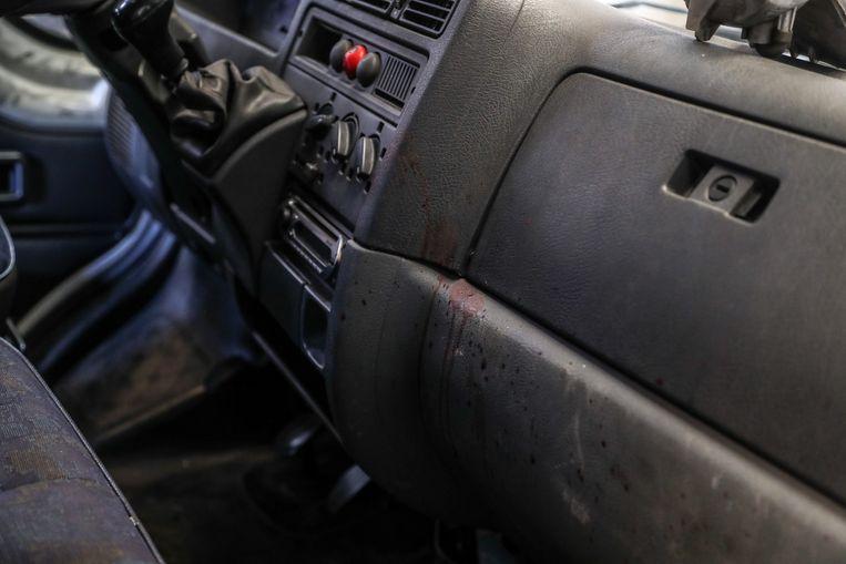 Bloedsporen op het dashboard van de bestelwagen. Beeld Photo News