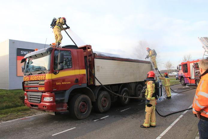 De brandweer blust een brand in de lading van een vrachtwagen in Deurne.
