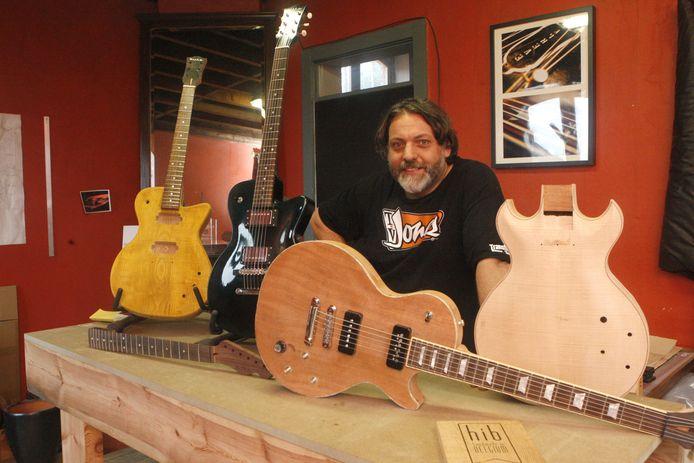 Gitaarbouwer Hilko Nackaerts bij enkele van zijn gitaren in productie. De tweede van rechts is eentje voor K's Choice.