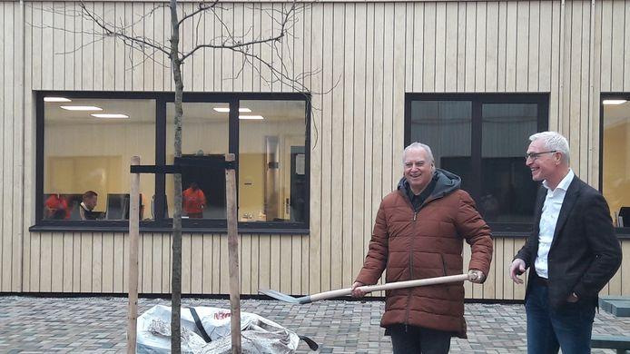 Wethouder Rob van Otterdijk (met schep) en Strabrecht-directielid Hans Abels