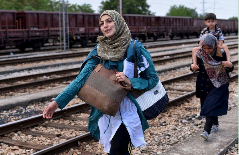 Migranten aan de Grieks-Macedonische grens op weg naar een beter bestaan in Europa. Beeld REUTERS