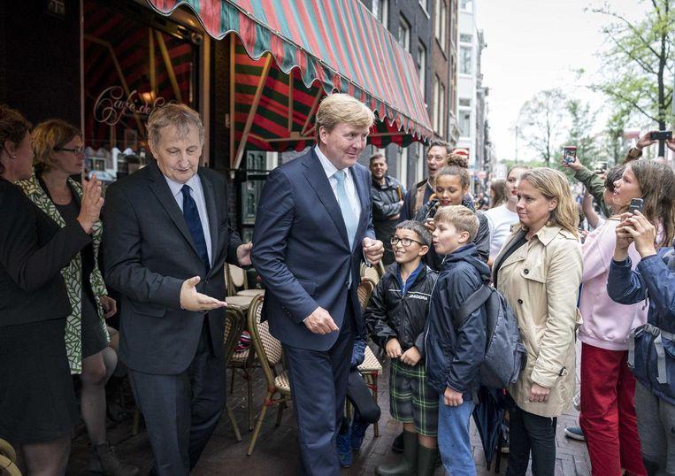 Burgemeester Van der Laan met koning Willem-Alexander in De Jordaan in 2017 Beeld ANP
