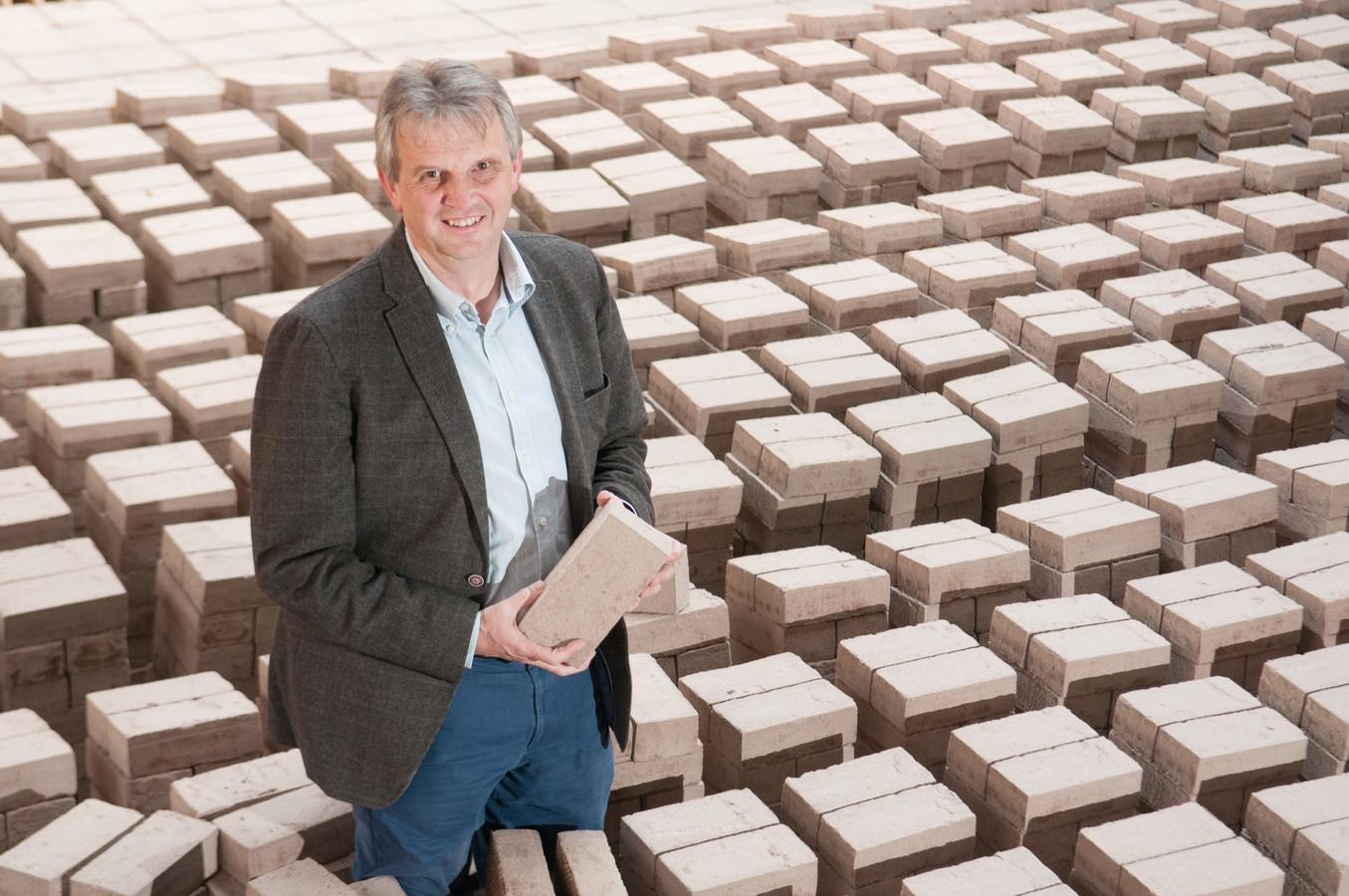 Peter Vande Moortel in de steenbakkerij, waar groene energie nog belangrijker wordt.
