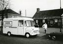 De bezorgdienst van Unox, 1968. Het vleesmerk van Unilever maakt worsten in Oss sinds 1937. De eerste rookworst is er al sinds 1957