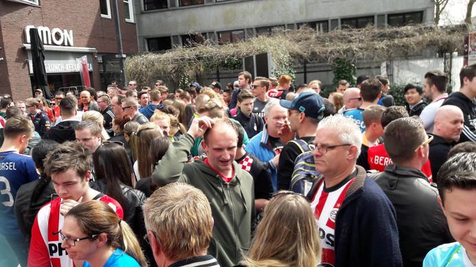 Fans wachten af tot ze het Stadhuisplein op mogen.