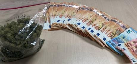 Man opgepakt met grote som geld en flinke zak wiet in huurauto