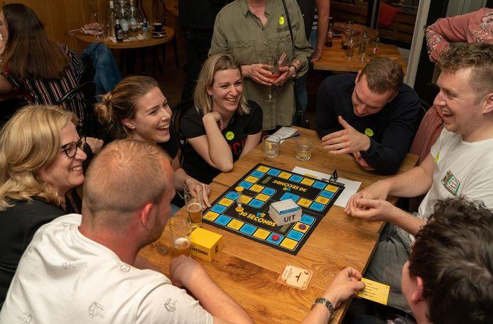 Deelnemers lachen tijdens een van de eerdere 30 Seconds-kampioenschappen.