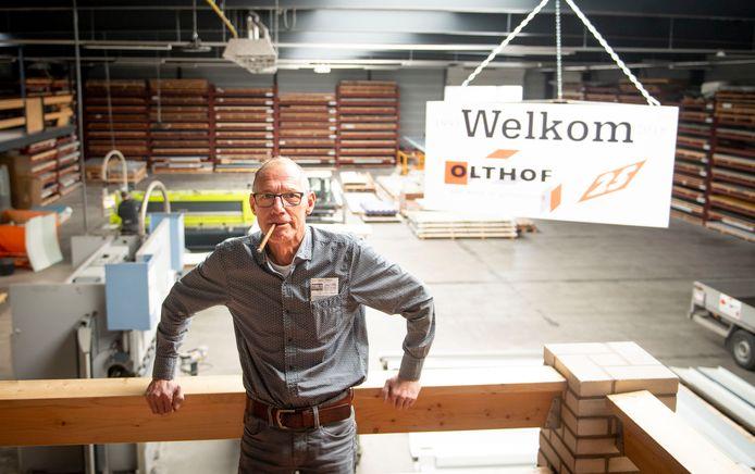 Ondernemer Henk Olthof uit Hellendoorn zoals iedereen hem wel kent, met een La Paz-sigaar in de mond.
