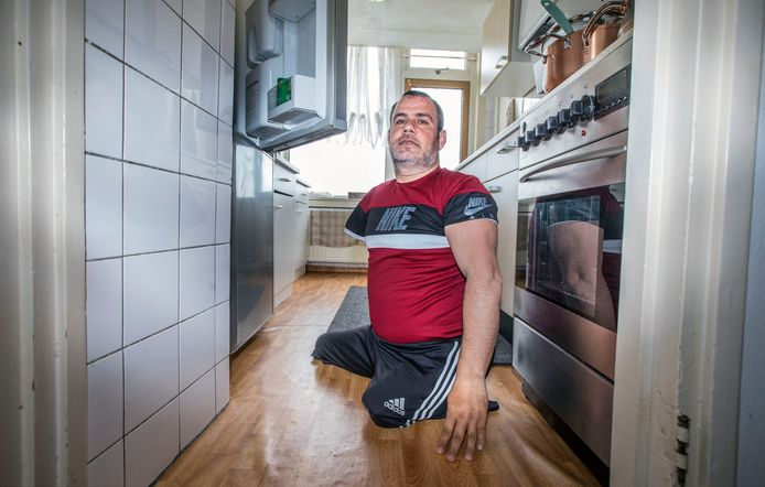 Sabri Sertkaya mist door een aangeboren afwijking twee benen en een arm. Een aangepaste woning krijgt hij echter niet, en ook zijn aanvraag voor een scootmobiel is afgewezen door de gemeente.