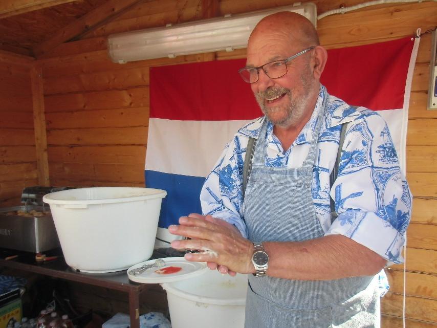 Bakker Kees Beye bakt de oliebollen in Havlickuv Brod.