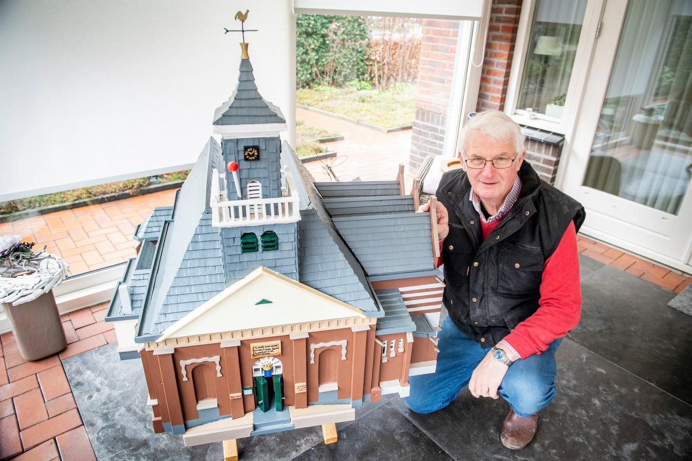 """Johan Zwoferink (72) heeft een miniatuur van de Schildkerk in Rijssen gemaakt. """"Het heeft me heel veel mooie uurtjes bezorgd."""""""