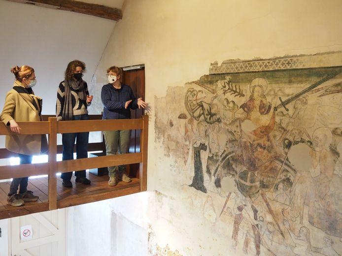 Schepen voor Cultuur Wendy Weckhuysen, Nancy Van Landeghem en Begga Vermaelen van MUSA bij de muurschildering 'Laatste Oordeel'.