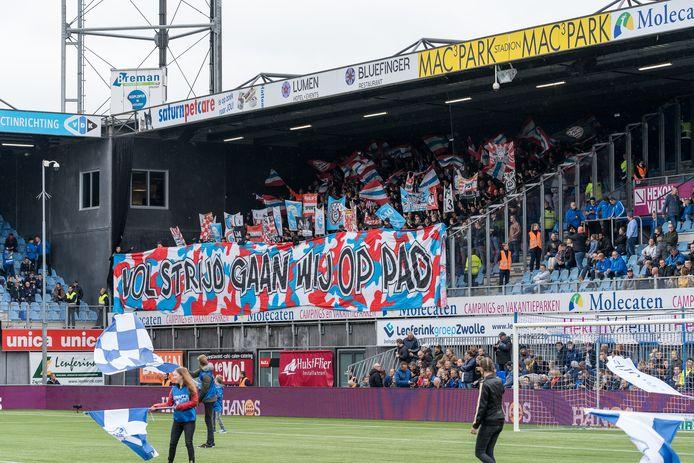 PSV-supporters in het uitvak bij PEC Zwolle-PSV. Supportersvereniging PSV vraagt momenteel aandacht voor een actie, waarbij speelgoed wordt ingezameld.