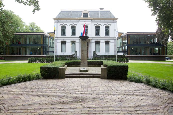 Het gemeentehuis van Brummen waar de momenteel zeven fracties normaalgesproken met elkaar debatteren.