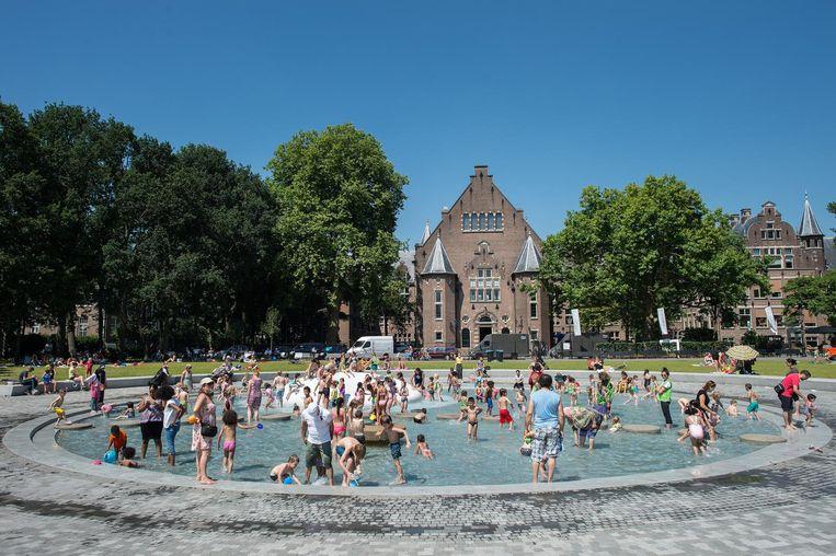 Drukte bij het pierenbadje in het Oosterpark Beeld Mats van Soolingen