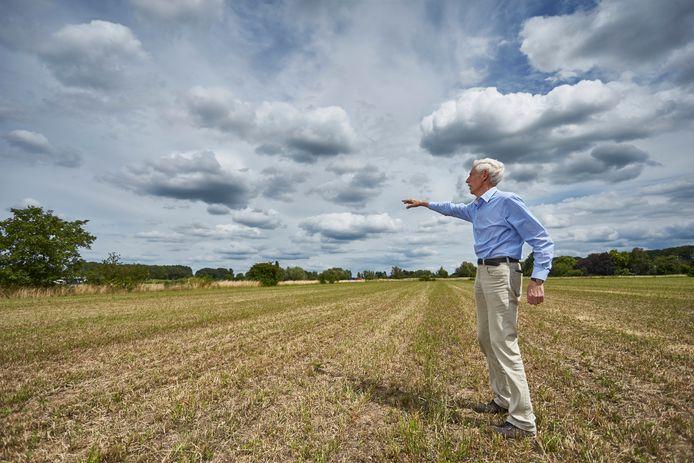 Projectleider Jaap Ypma van BrummenEnergie toont de locatie waar het zonnepark Elzebos komt.