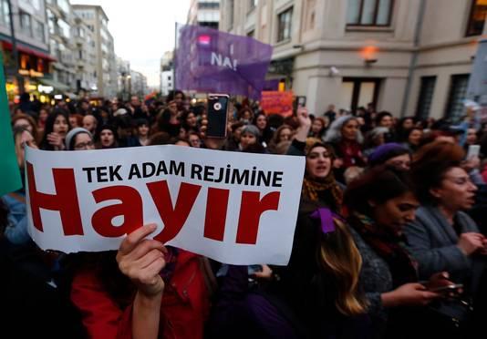 Betogers in Istanboel houden plakkaten omhoog met de tekst 'Nee tegen een eenmansregime'.