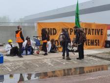 Arrestatieteam haalt demonstranten Extinction Rebellion van terrein multinational in Wageningen