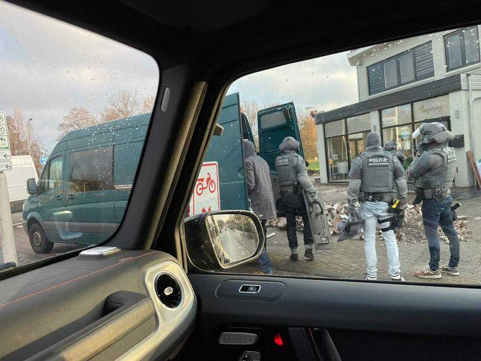 Arrestatieteam valt restaurant Villa Panda binnen in Breda.