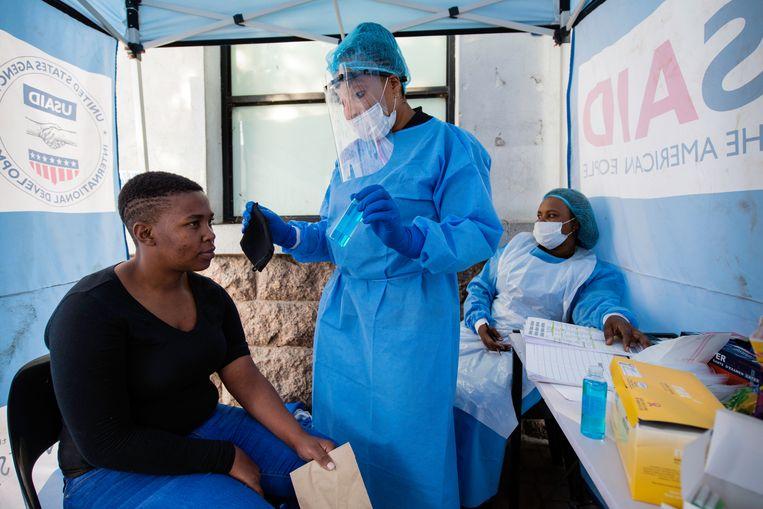 Veel mensen met hiv in Afrika hebben door de coronacrisis moeizamer toegang tot hun medicijnen.  Beeld Bram Lammers