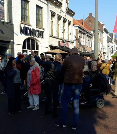 Protest-wandeltocht van honderd mensen tegen QR-code in Roosendaal: 'We willen het niet'