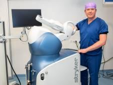 Nieuwe heup of knie? Robotarm Mako doet de operatie: 'Patiënt is sneller én pijnvrij ter been'