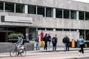 Studenten voor de Universiteitsbibliotheek Radboud Universiteit. De studenten die te zien zijn hebben niks met het onderzoek te maken.