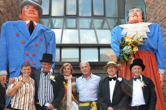 Hilde Baeyens, Alain Triest, Tania De jonge, Marc Torrekens, Gino Standaert en Yvan Roelandt bij de vernieuwde reuzen.
