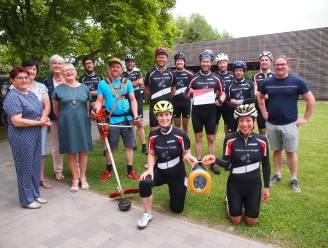 Fietsgroep Dynamo Den Druppel schenkt AED-toestel aan vakantiecentrum De Kleppe in Everbeek