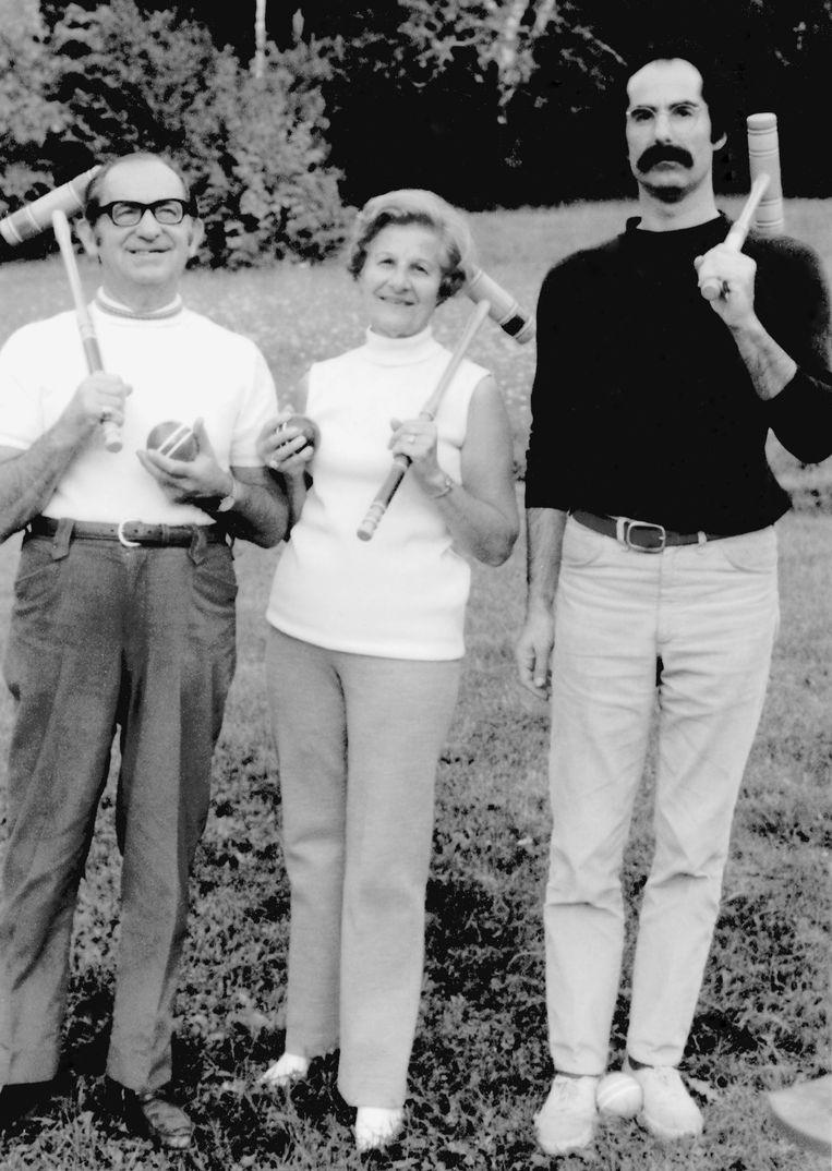 Roth met zijn ouders Herman en Bess tijdens een potje croquet. Beeld Barbara C. Sproul