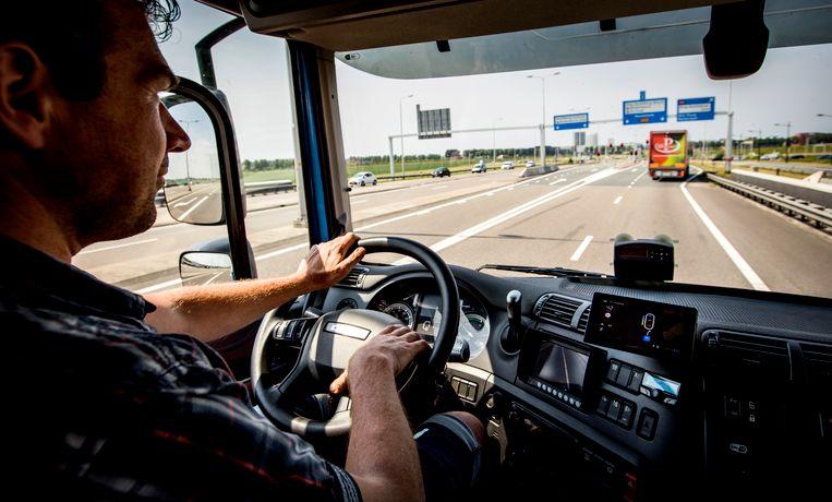 Een vrachtwagenchauffeur aan het werk. Het Brabantse bedrijf Van den Bosch huurde Hongaarse chauffeurs in en liet deze vanuit Nederland werken voor een Hongaars loon. Dat mag niet van de rechter. Beeld ANP