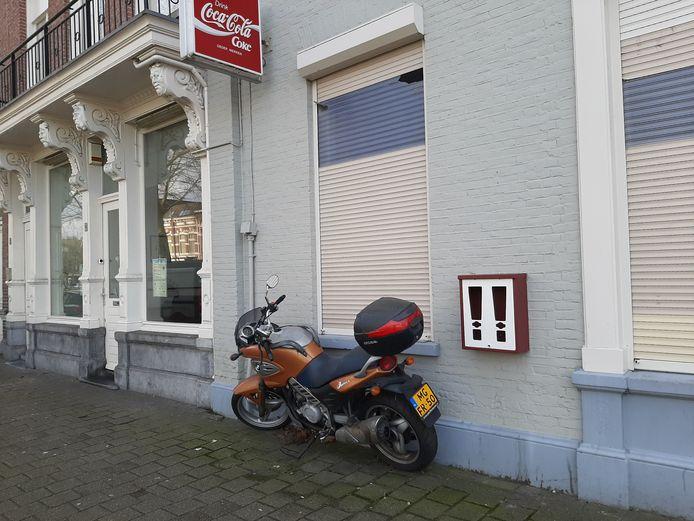 De laatste kauwgomballenautomaat van Breda hangt als een treurig, leeg karkas in de Sophiastraat