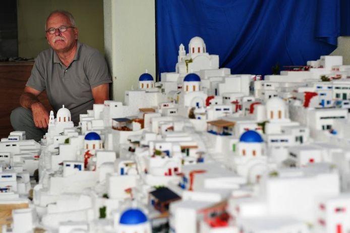 Ferry Geerts bij de maquette van de stad Oia op het Griekse eiland Santorini, waar hij bijna 25 jaar aan gewerkt heeft.foto Niels Krebbekx/het fotoburo