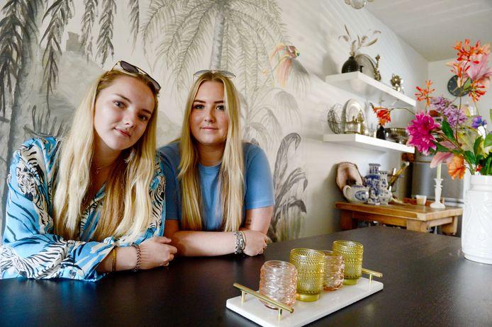 Valerie (links) en Fabiënne mogen nu hun moeder is overleden niet in het huis blijven wonen van corporatie Ons Huis.