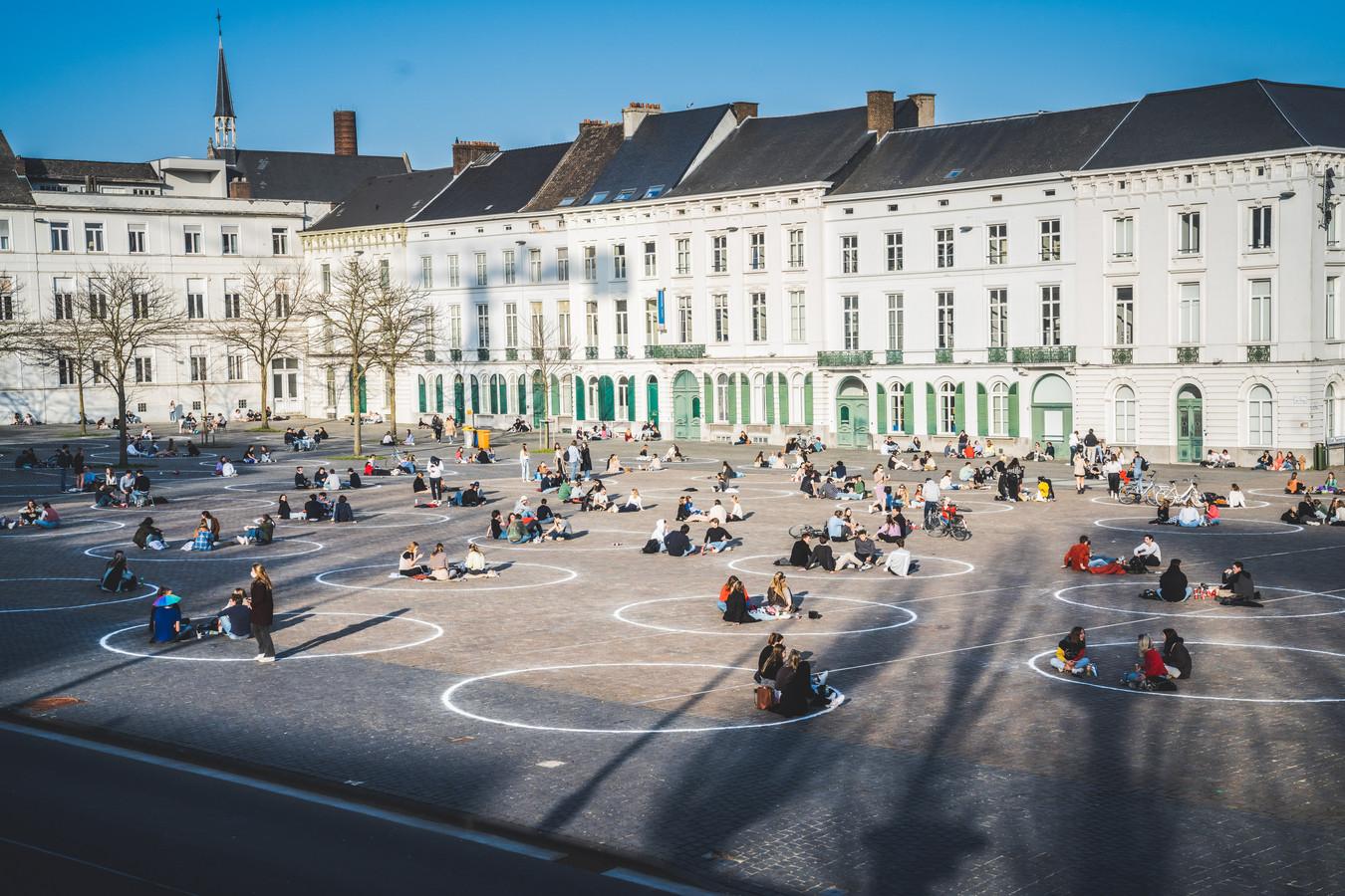 Studenten in de getrokken cirkels op het Sint-Pietersplein.