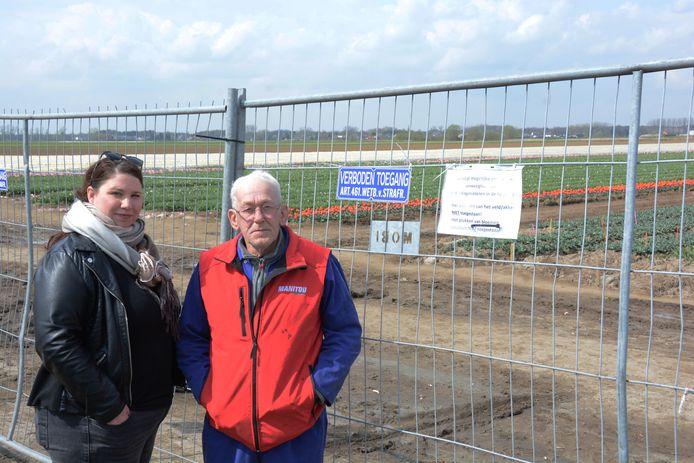 Sara Dobbelaar en haar schoonvader Marcel Suy bij de nadarhekken die intussen op de toegangswegen naar de tulpenvelden geplaatst zijn.