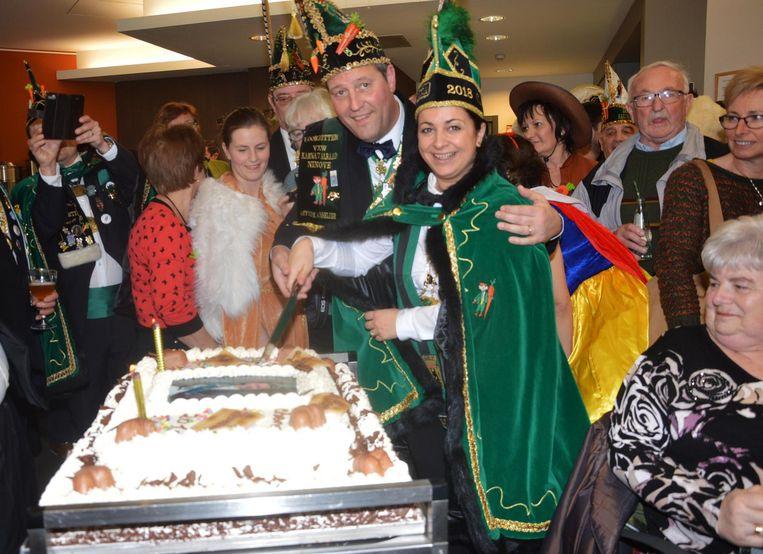 Prins Chena en Karnavalraadsvoorzitter Pascal Carael snijden de taart voor de bewoners aan.