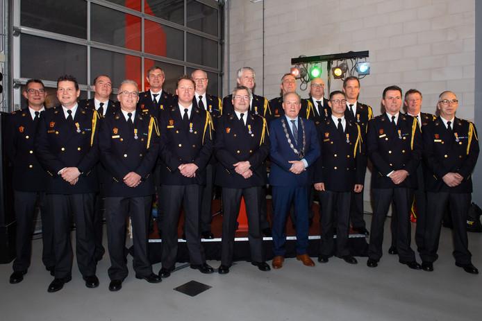 Zestienmaal een koninklijke onderscheiding op de kazerne in Made ontvingen 16 brandweerlieden een koninklijke onderscheiding.