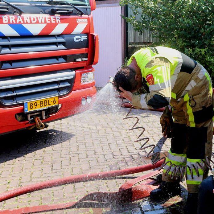 De brandweerlieden werkten in de verzengende hitte.