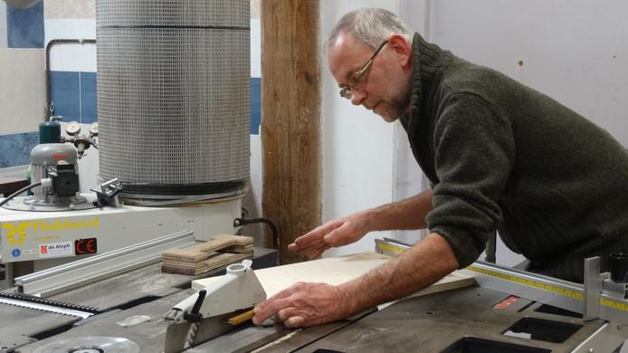 Precisiewerk bij de cursus houtbewerken.