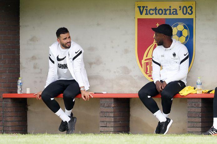 Oussama Tannane (links) en Riechedly Bazoer hebben het oefenduel van Vitesse met Lokomotiva Zagreb overgeslagen, vanwege lichte blessures.