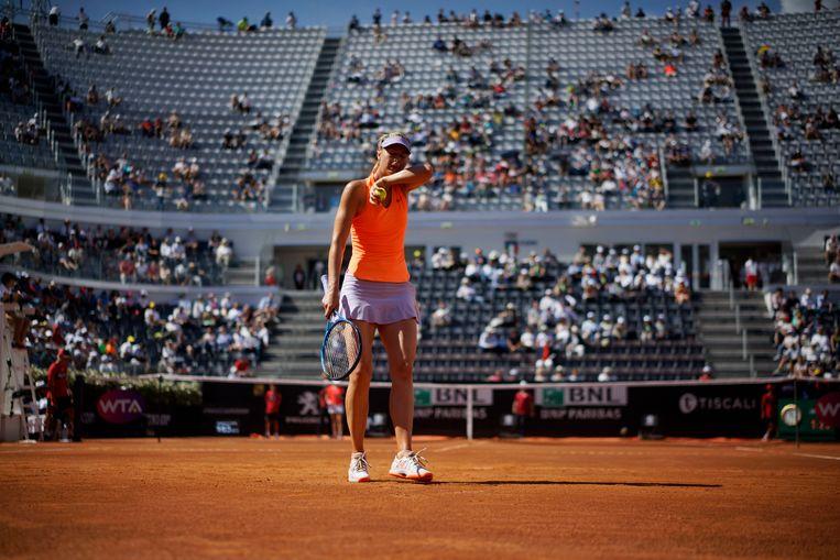 Sjarapova veegt het zweet weg tijdens haar match tegen de Amerikaanse Christina McHale, op het WTA-toernooi in Rome. Beeld AP