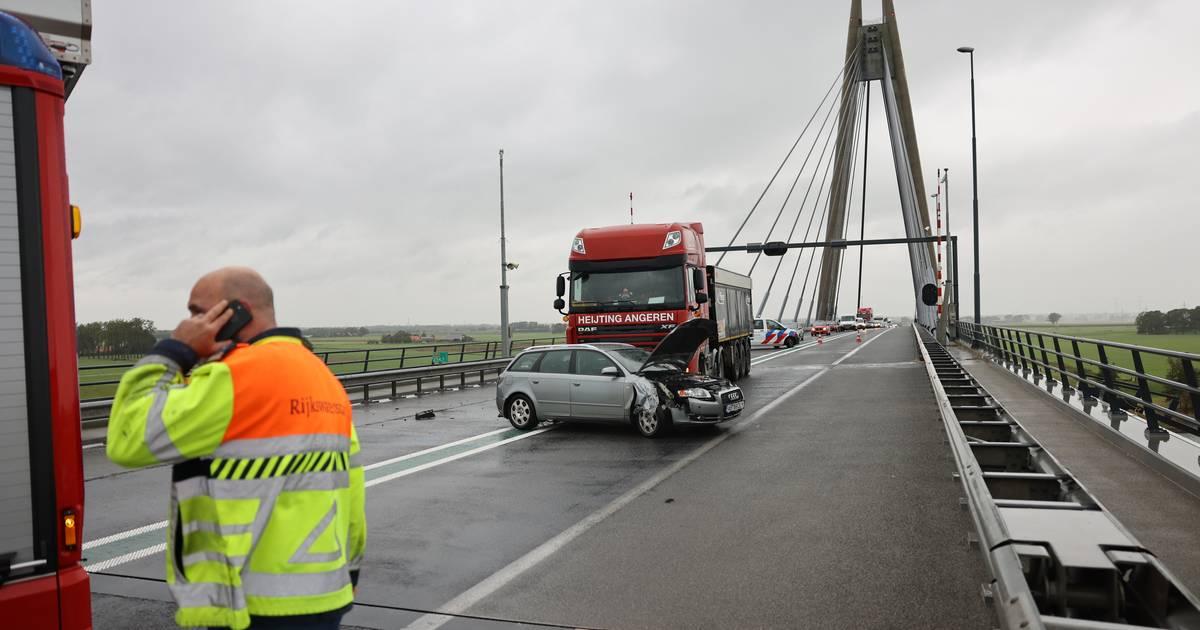 N50 tussen Kampen en Ens dicht na ongeval op Eilandbrug.
