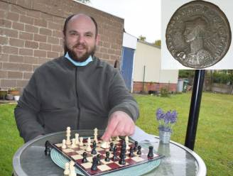 Andy (36) wint zeldzame Romeinse munt tijdens online schaaktornooi