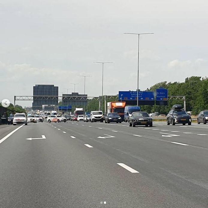 Het verkeer op de A12 bij De Meern werd vanmiddag stilgezet om een man uit zijn auto te halen.