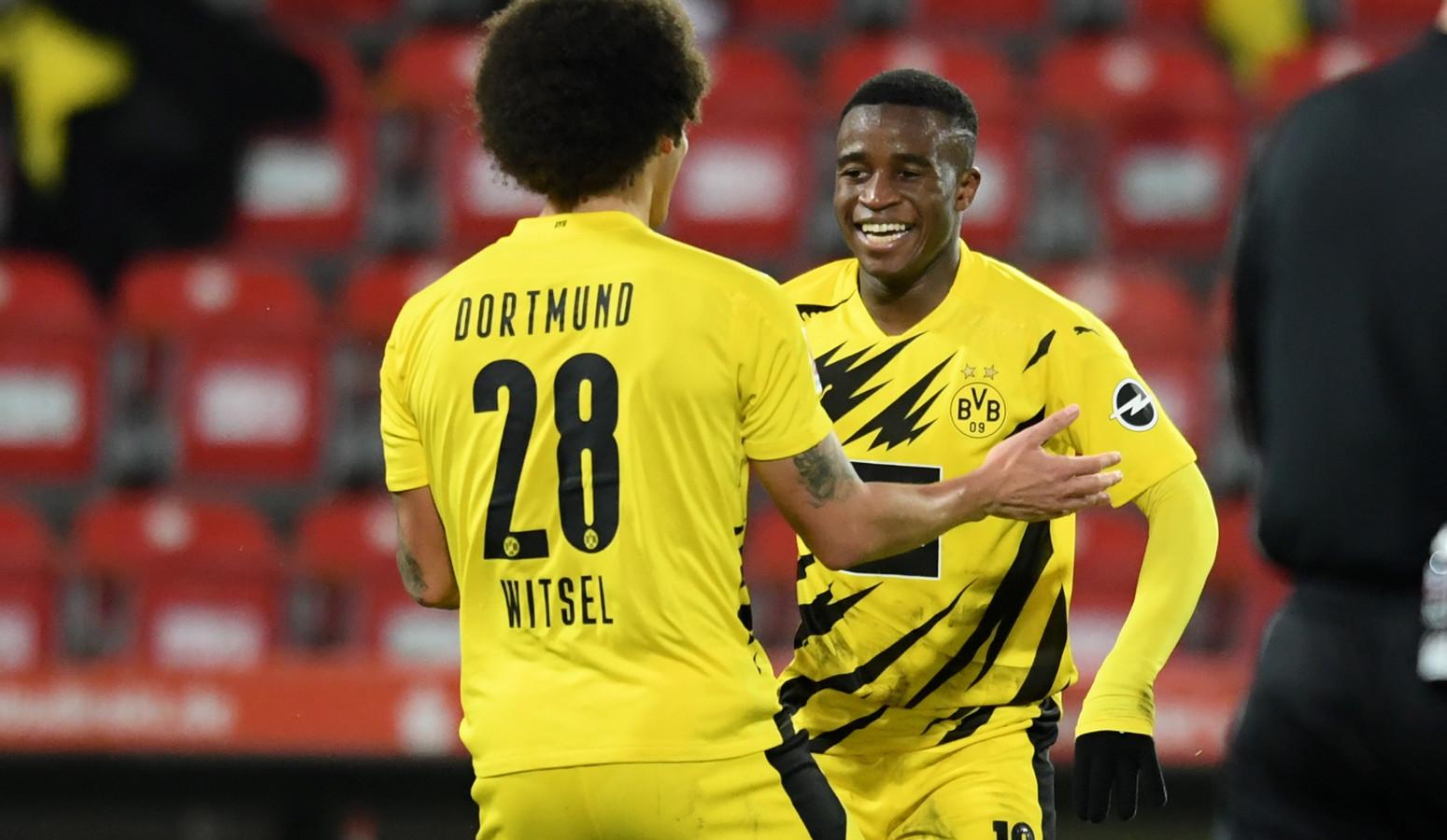 Moukoko viert zijn doelpunt met Axel Witsel.